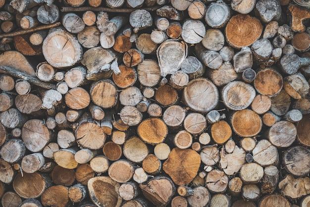 Sfondo di tronchi di legno impilati