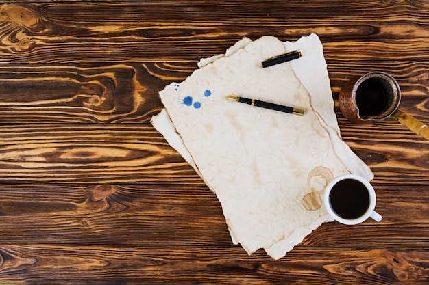 Sfondo di una tazza di caffè su una vecchia carta