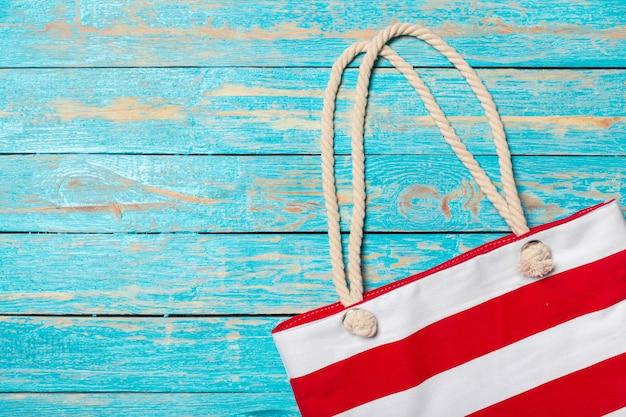 Sfondo di vacanze estive con articoli da spiaggia
