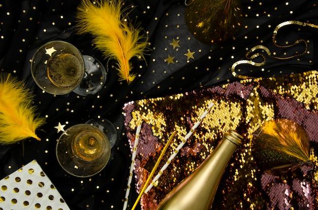 Sfondo dorato con bicchieri di champagne piatto laici