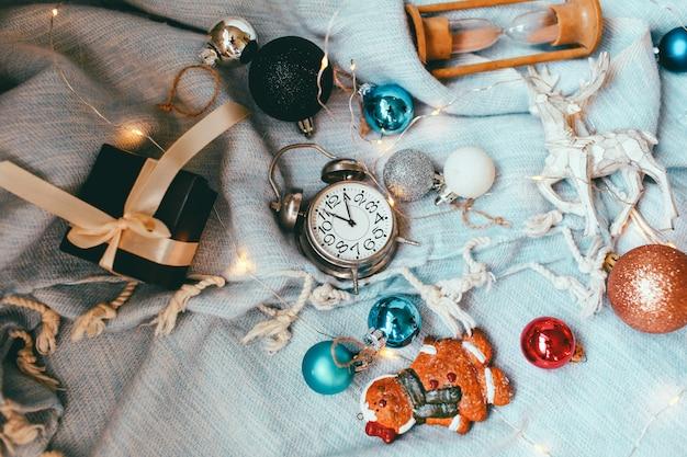 Sfondo e sfondo di vacanze di natale e capodanno. giocattoli di decorazione natalizia