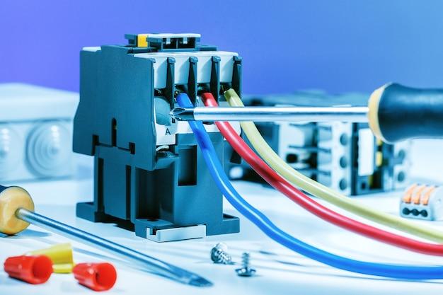Sfondo elettrico. assemblaggio scatola di distribuzione elettrica.