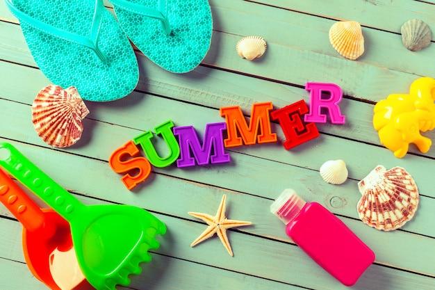 Sfondo estate fatta di conchiglie e oggetti marittimi