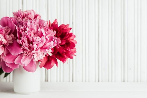 Sfondo festa della mamma con fiori di peonie rosa