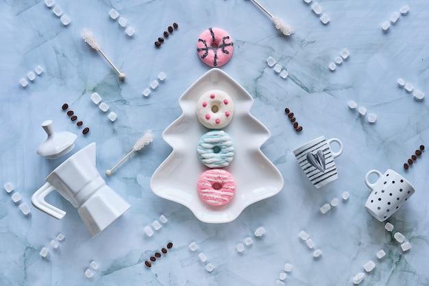 Sfondo festivo di natale con dolci, tazze da caffè, marshmallow, ciambelle e cristalli di zucchero.
