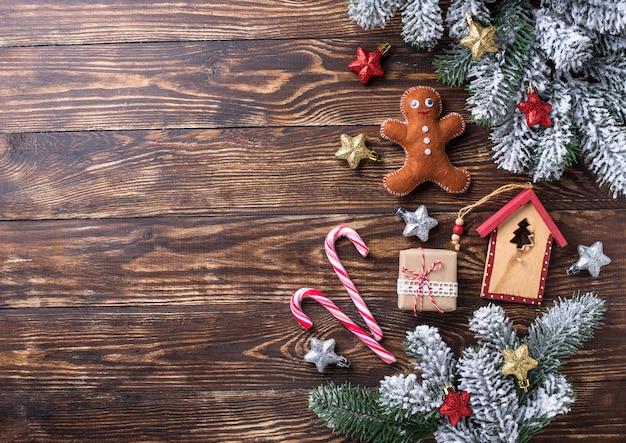 Sfondo festivo di natale con giocattoli e rami di albero