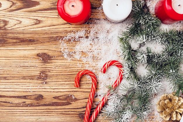 Sfondo festivo invernale con rami di abete