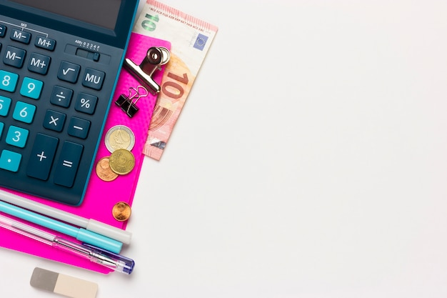 Sfondo finanziario o contabile con posto per il testo. calcolatrice, cancelleria, monete, centesimi di euro