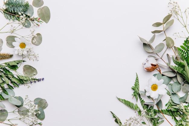 Sfondo floreale con foglie sui lati