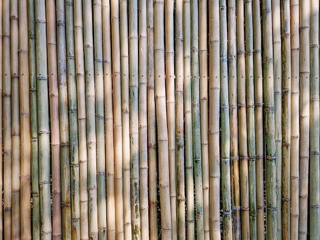 Sfondo full frame della parete di bambù tradizionale bastoni