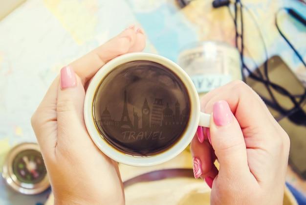 Sfondo il viaggio, il riflesso nella tazza di caffè. carta geografica. messa a fuoco selettiva