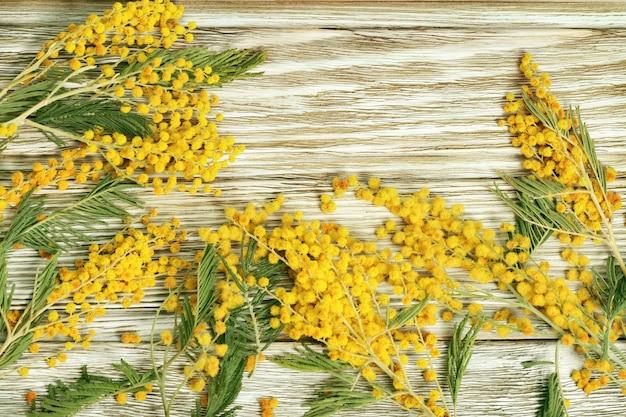 Sfondo in legno con bordo floreale.