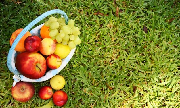 Sfondo in legno con frutta fresca