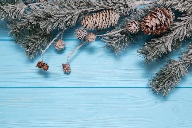 Sfondo in legno decorato con rami di albero di natale.