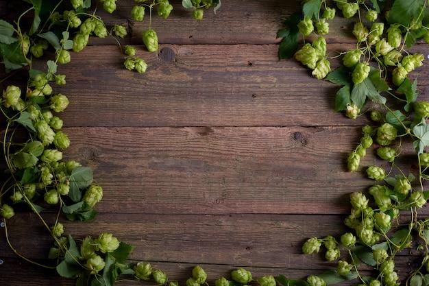Sfondo in legno vecchio tavolo o pavimento in legno. luppolo