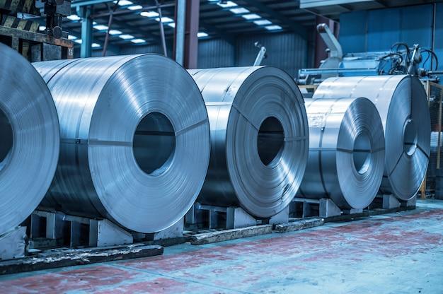 Sfondo industriale. bobina d'acciaio di grandi dimensioni immagazzinata all'interno del magazzino industriale, immagine tonificata blu.