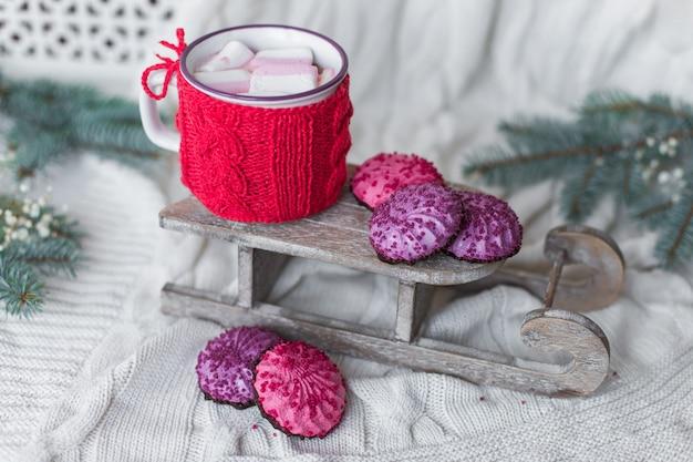 Sfondo invernale con biscotti e cioccolata calda con marshmallow. concetto di natale