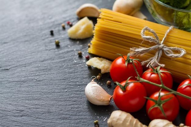 Sfondo italiano con pasta e pomodori