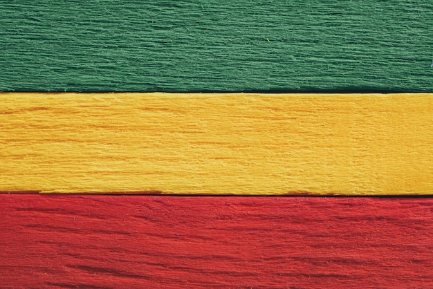 Sfondo legno verde, giallo, rosso vecchio stile vintage retrò, bandiera reggae rasta