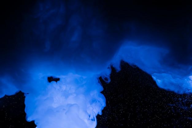 Sfondo nero con nuvole blu
