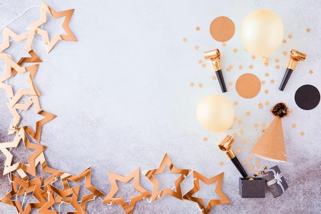 Sfondo oro festa, carnevale, festival e compleanno con palloncino, stelle filanti colorate e coriandoli.
