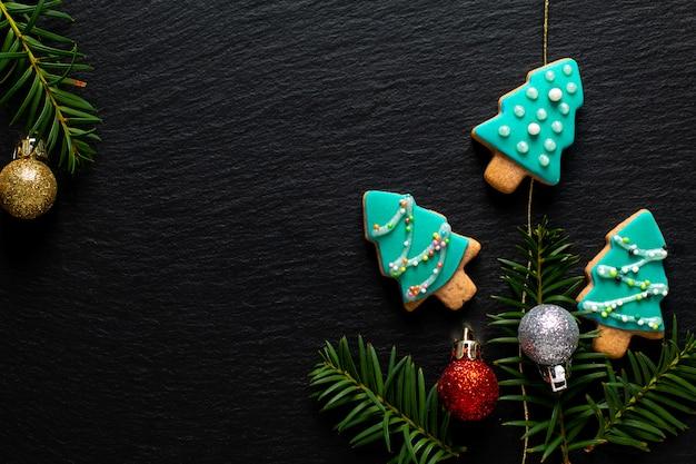 Sfondo per l'albero di biscotti pastello di natale cibo vacanza fai da te sul bordo di ardesia nera