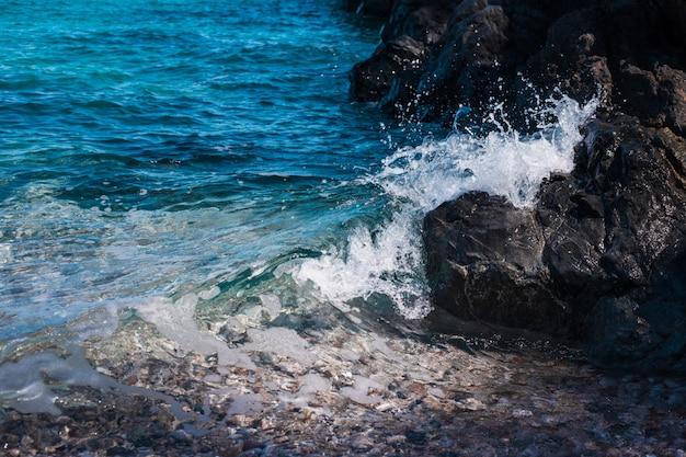 Sfondo roccia pietrosa sulla riva