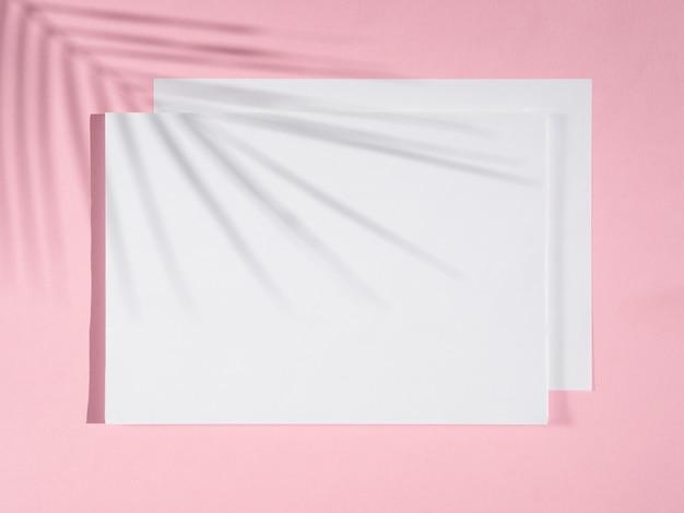 Sfondo rosa con coperte bianche e un'ombra di ficus