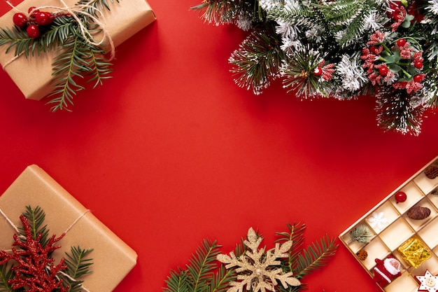 Sfondo rosso con decorazioni natalizie