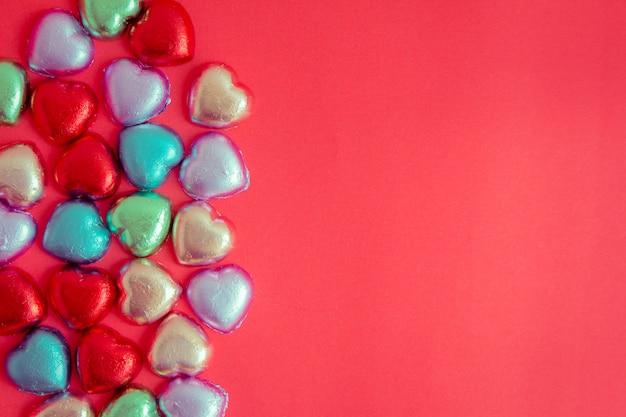 Sfondo rosso con resti di cuore multicolore