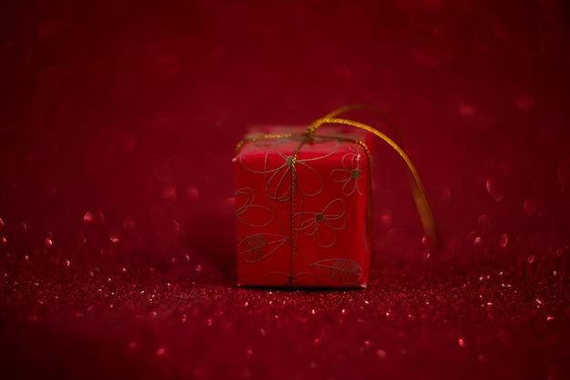Sfondo rosso e scatola regalo san valentino
