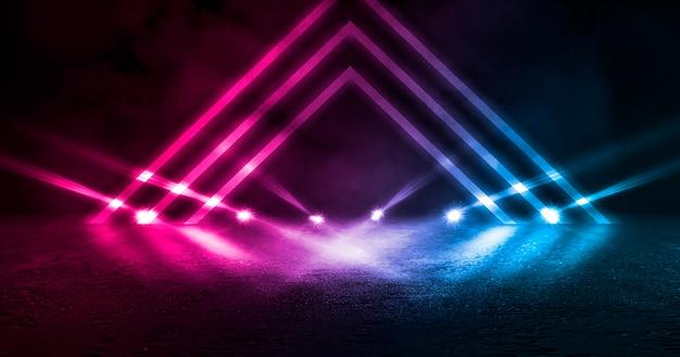 Sfondo scena vuota, stanza. riflessione su asfalto bagnato, cemento. luci sfocate al neon. triangolo al neon al centro, fumo