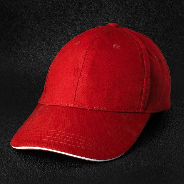 Sfondo scuro tappo rosso. modello di cappellino da baseball in vista laterale.