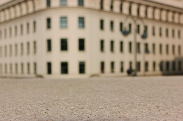 Sfondo sfocato con edifici classici.