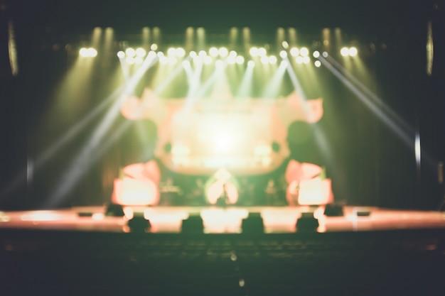 Sfondo sfocato del concerto silhouette di fronte al palco