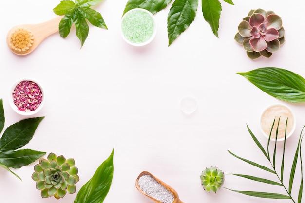 Sfondo spa con cosmetici bio fatti a mano e composizione di cactus, piatto laici, spazio per un testo - immagine.