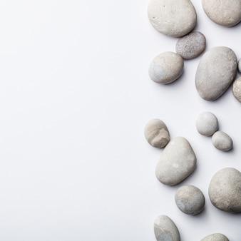 Sfondo spa con pietre grigie, piatto laici