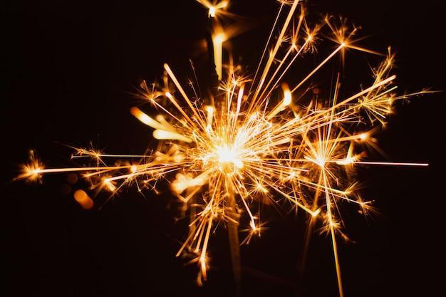 Sfondo sparkler. natale e anno nuovo sfondo sparkler vacanza.