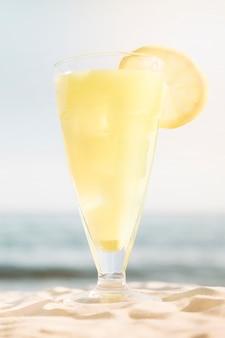 Sfondo spiaggia con cocktail