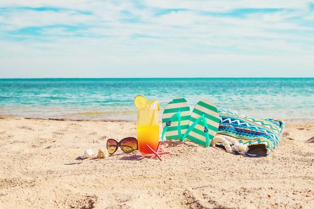 Sfondo spiaggia con un cocktail in riva al mare. messa a fuoco selettiva