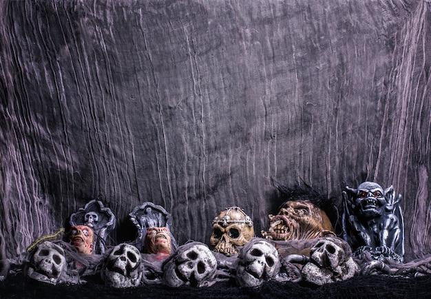 Sfondo spooky con gargoyle, zombie e scheletri
