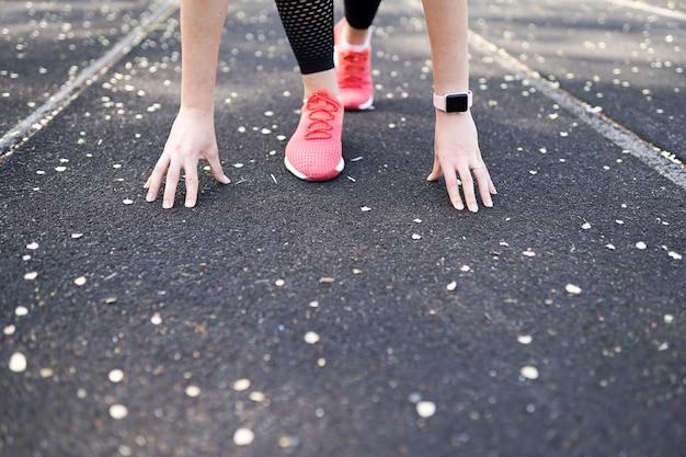 Sfondo sport corridore sulla linea di partenza. copia spazio. concetto di concorrenza