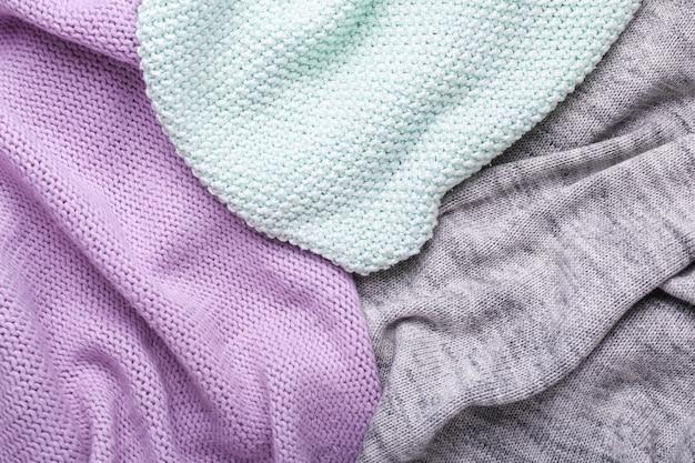 Sfondo trama di lana grigio, menta e lilla trama di tessuto all'uncinetto vista dall'alto copia spazio