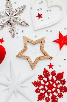 Sfondo vacanza di natale con decorazioni e scatola regalo cuore rosso