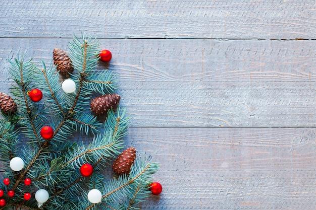 Sfondo vacanza di natale con ornamenti su fondo in legno rustico.