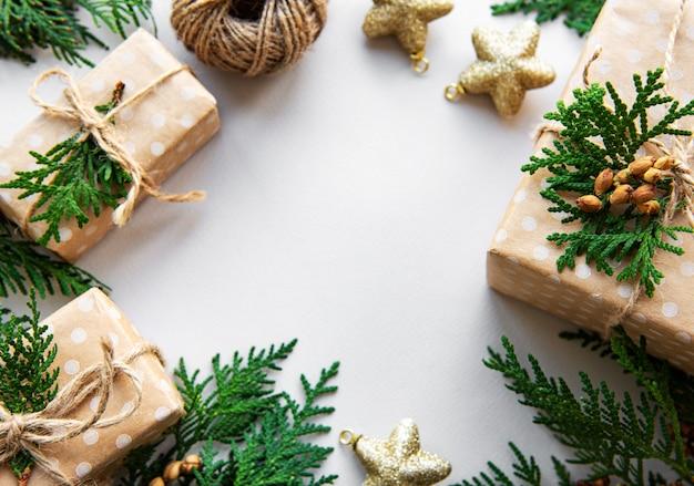 Sfondo vacanza di natale con scatole regalo e decorazione