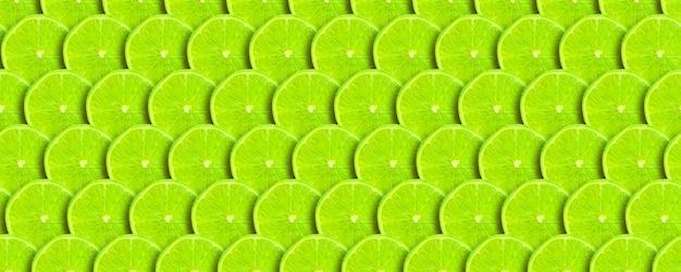 Sfondo verde con agrumi di fettine di lime