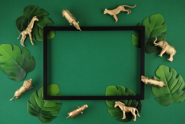 Sfondo verde con foglie tropicali e animali esotici