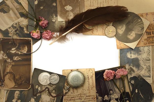 Sfondo vintage con vecchio orologio, cartoline, fotografie e fiori