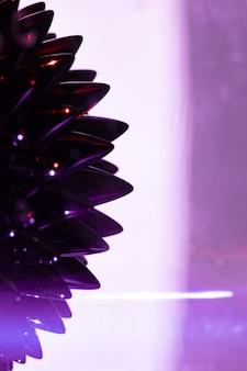 Sfondo viola con metallo liquido ferromagnetico con spazio di copia